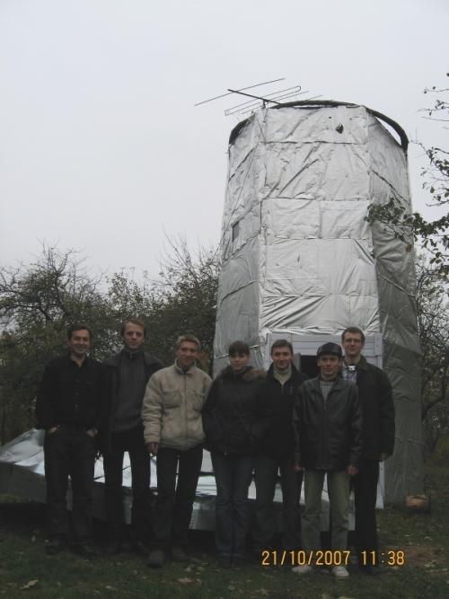 Участники октябрьского слёта метеорщиков на фоне башни телескопа обсерватории Ивана Сергея, Молодечно.